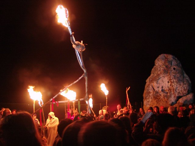 summer_solstice_2004_-_flaming_horns_-_heel_stone_dsc00338ww_481570.jpg
